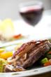 Speckscheibe auf einem Steak mit Gemüse