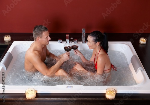 Грудастая девушка принимает ванну после вечеринки  258582