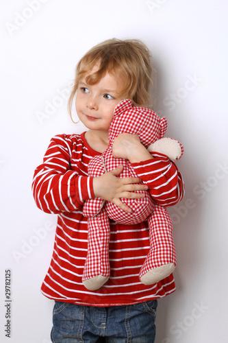 kleines kind kuschelt mit ihrem teddy stockfotos und. Black Bedroom Furniture Sets. Home Design Ideas