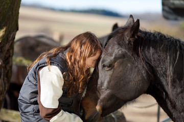 mädchen liebt ihr pferd