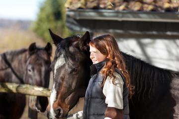 junges mädchen führt pferd aus