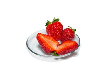 Красные ягоды на стеклянной тарелке