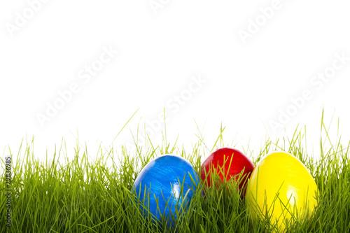 rotes blaues und gelbes osterei in gras mit weissem. Black Bedroom Furniture Sets. Home Design Ideas