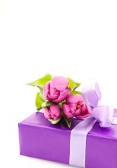 Geschenk mit Blumen