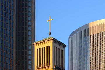 Kirchturm in der Stadt zwischen Hochhäusern