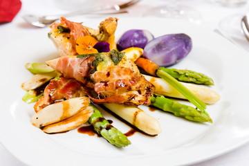 gesunde Mahlzeit mit Fleisch und Spargel