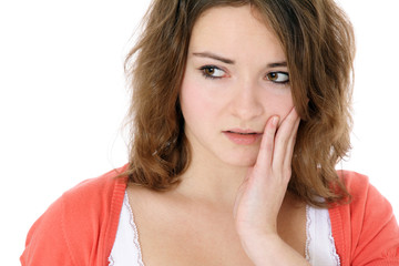 Junge Frau klagt über Zahnschmerzen