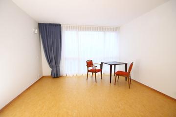 leeres Zimmer mit Tisch und Stuhl