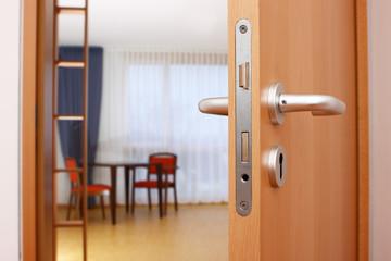 offene Tür mit Einblick in Wohnraum