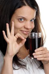 eine junge Frau trinkt Limonade aus einem Glas