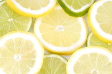 Tranches de citron vert et jaune