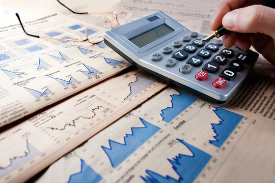 fondo de finanzas con estadisticas y hombre de negocios