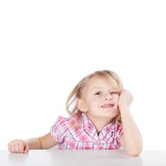 kindergartenkind sitzt am tisch