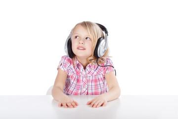 kind hört mit kopfhörern