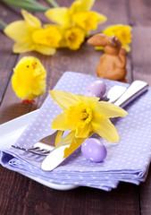 Tischgedeck mit Osterglocke
