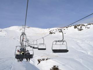 Auffahrt mit dem Sessellift im Skigebiet