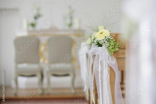 blumendekoration in der kirche bei hochzeit stockfotos. Black Bedroom Furniture Sets. Home Design Ideas