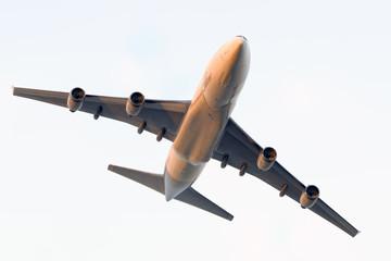 Flugzeug in Morgensonne