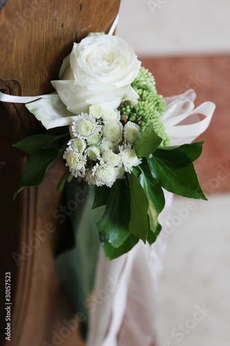 Blumendekoration In Der Kirche Bei Hochzeit Stockfotos Und