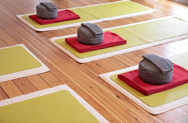 Yogamatten und Yogakissen