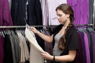 Девушка меряет одежду фото 523-69