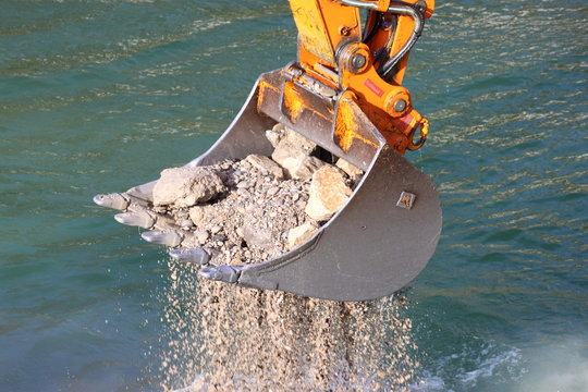 Bagger gräbt Flussbett aus