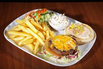 Cheeseburger Diner mit Pommes und Salat, quer