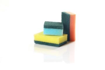 Putzschwämme auf weißem Hintergrund/Sponges on white background