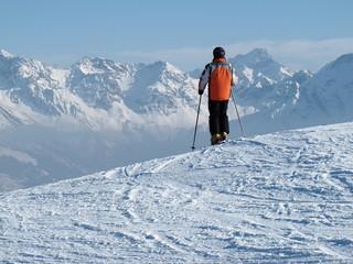 Skifahrer steht auf Piste