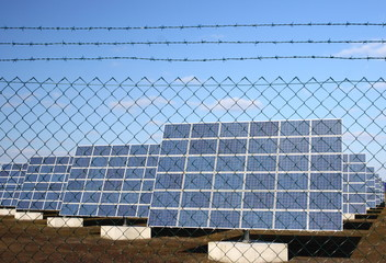 eingezäunte Photovoltaik-Anlage