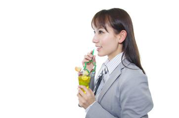 ジュースを飲んでいる笑顔のオフィスレディー