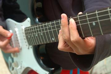 Joven tocando una guitarra electrica