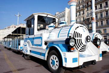 Petit train touristique de Marseille aux couleurs de la ville.