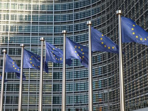 Europafahnen vor der EU-Kommission Brüssel