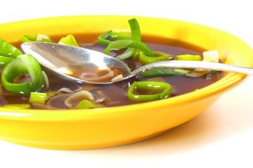 Porreesuppe in gelbem Porzellan / Leek soup in a yellow china
