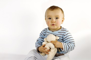 petit garçon et sa peluche