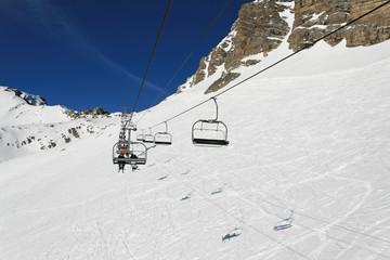 patienter avant la descente de ski