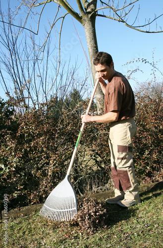 Ratissage des feuilles et de l 39 herbe par un jardinier for Tarif jardinier paysagiste