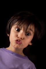 ritratto di bambina che fa una smorfia