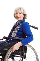 Rentnerin im Greifreifenrollstuhl