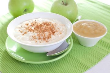 Milchreis mit Apfelmus