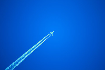 Самолёт в синем небе
