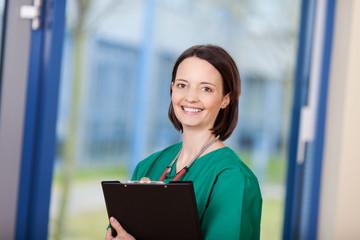 krankenschwester im op-kittel und clipboard