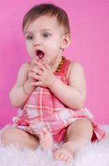 bébé de 8 mois étonnée