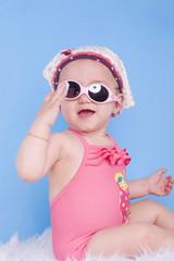 enfant de 8 moi en lunettes de soleil
