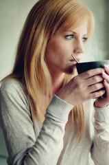 Frau mit heisser Tasse Kaffee