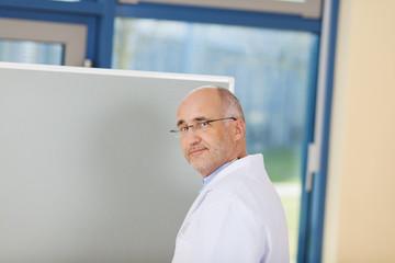 sympathischer arzt am whiteboard