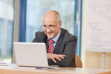 geschäftsmann schaut auf laptop