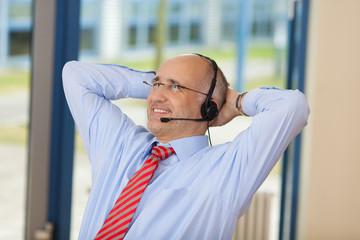 entspannter geschäftsmann mit headset