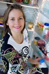 prendre le lait dans le réfrigérateur